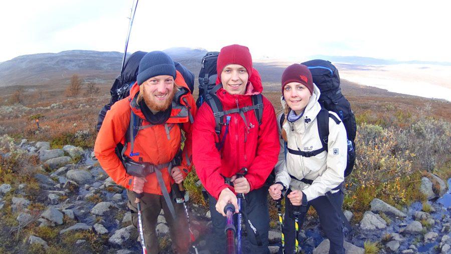 Drei Wanderer mit Muetze beim Trekking