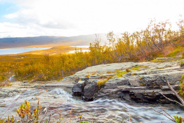 Landschaft-skandinavien-fluss-bach-wald